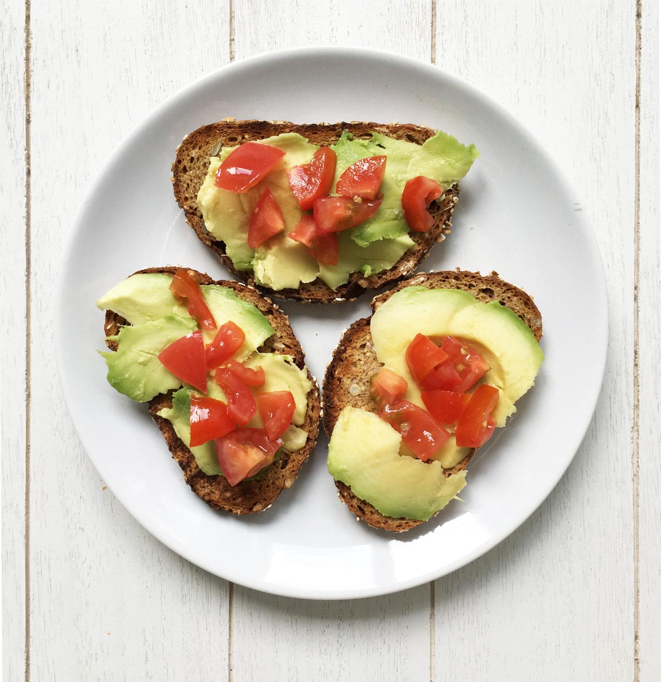 Broodje met avocado en tomaat